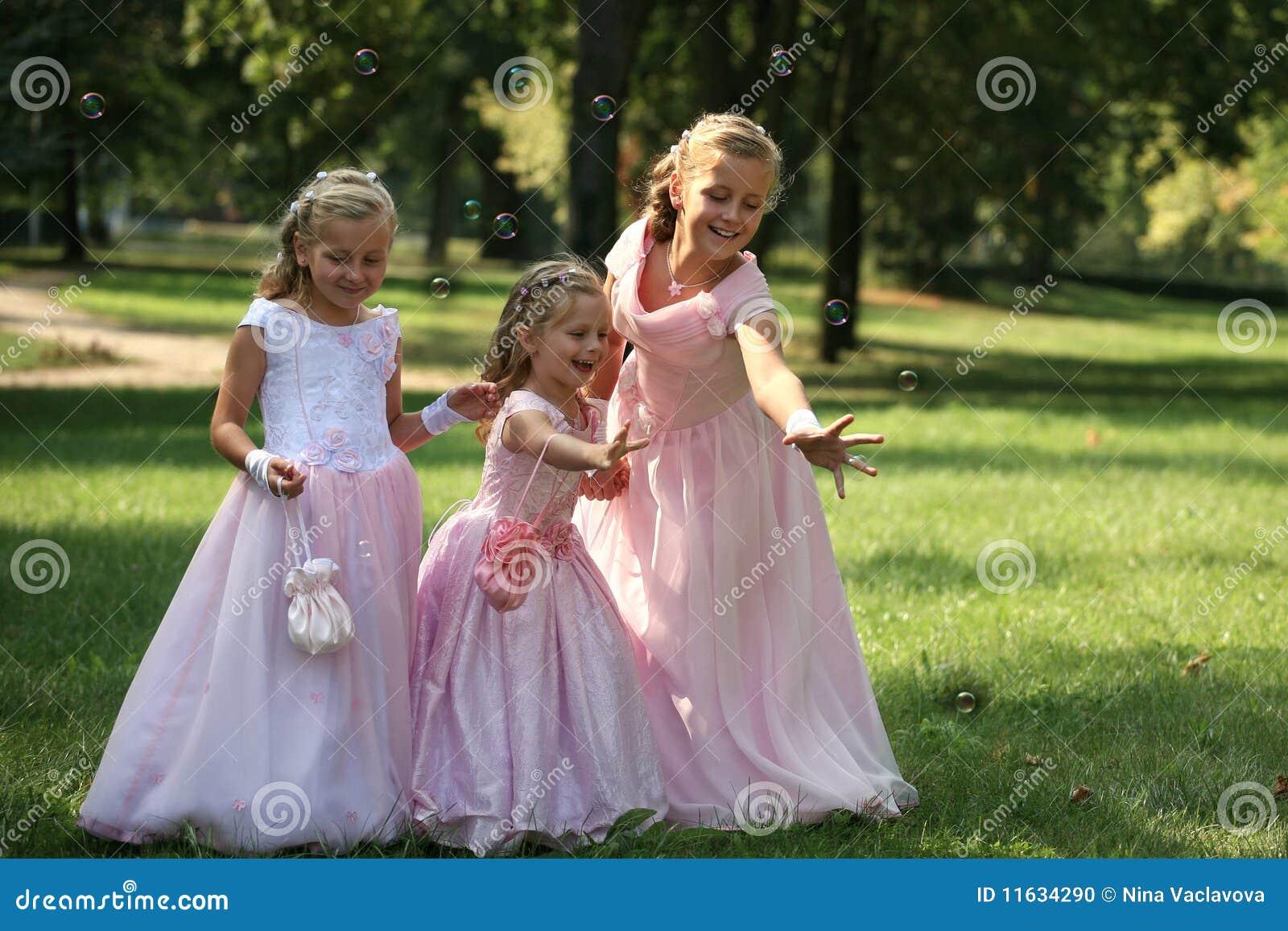 Drie kleine leuke bruidsmeisjes met bel
