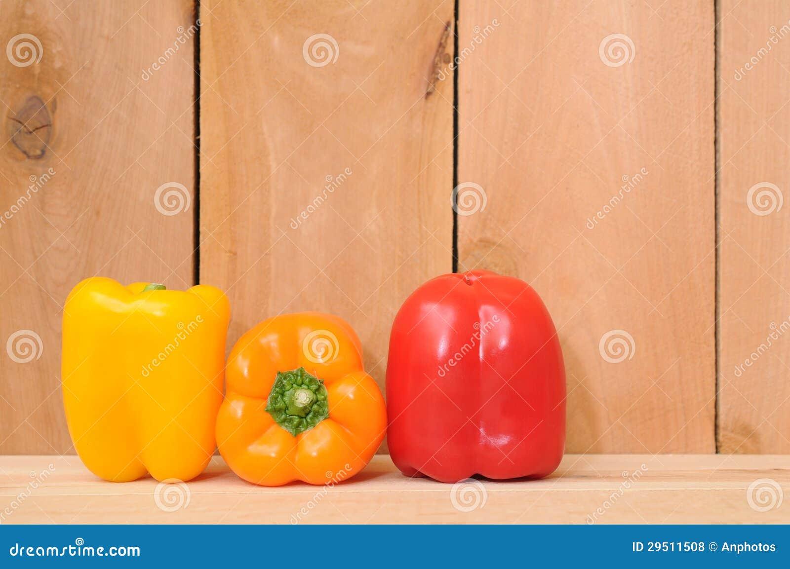 Drie kleurrijke groene paprika s