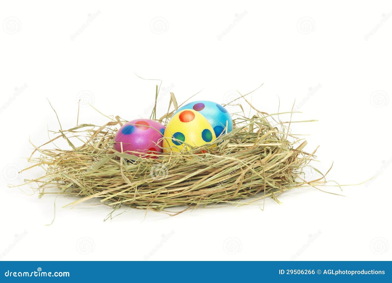 Drie kleurrijke Paaseieren in een nest