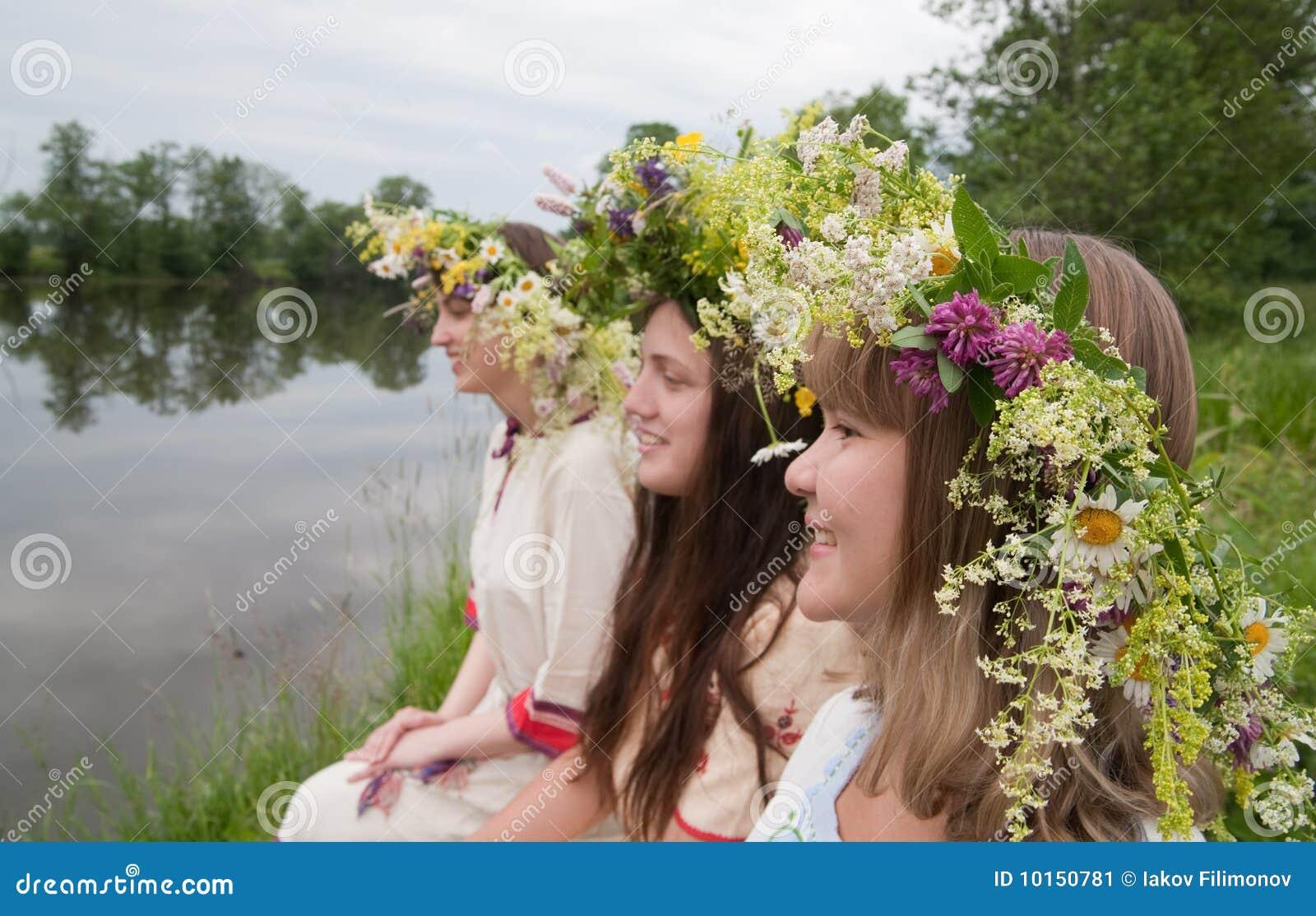 Drie meisjes in bloemchaplet