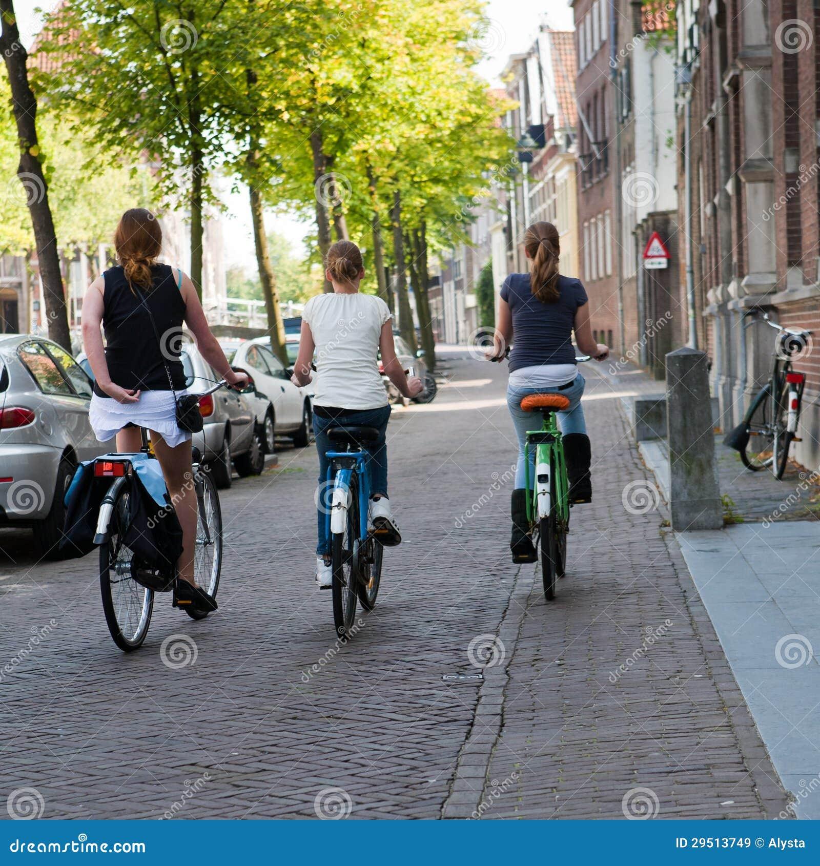 Drie Meisjes die in Amsterdam cirkelen