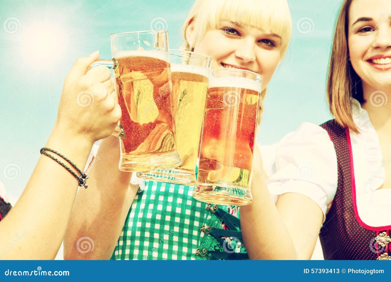 Drie meisjes die bier drinken