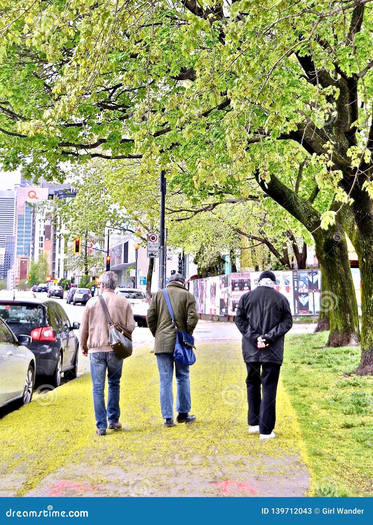 Drie mensen uit voor een wandeling op de straten van Montreal