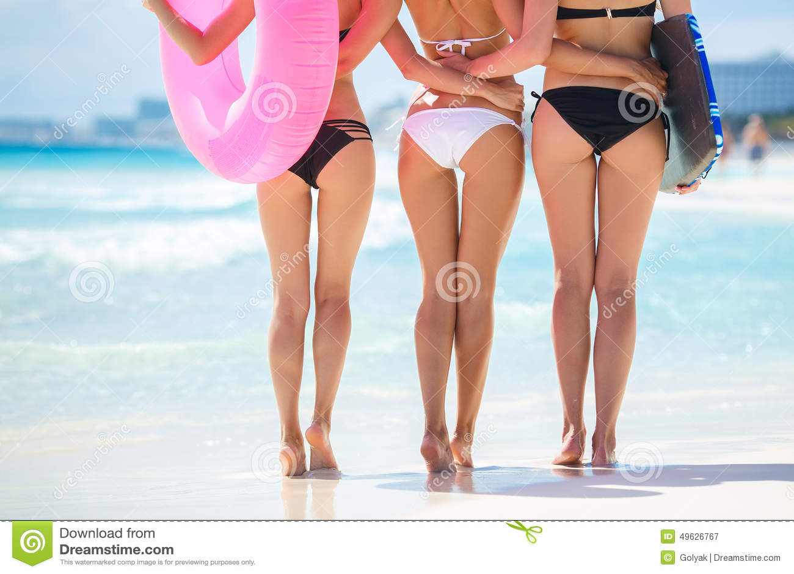 Drie Mooie Jonge Vrouwen Op Het Strand In Een Bikini Stock