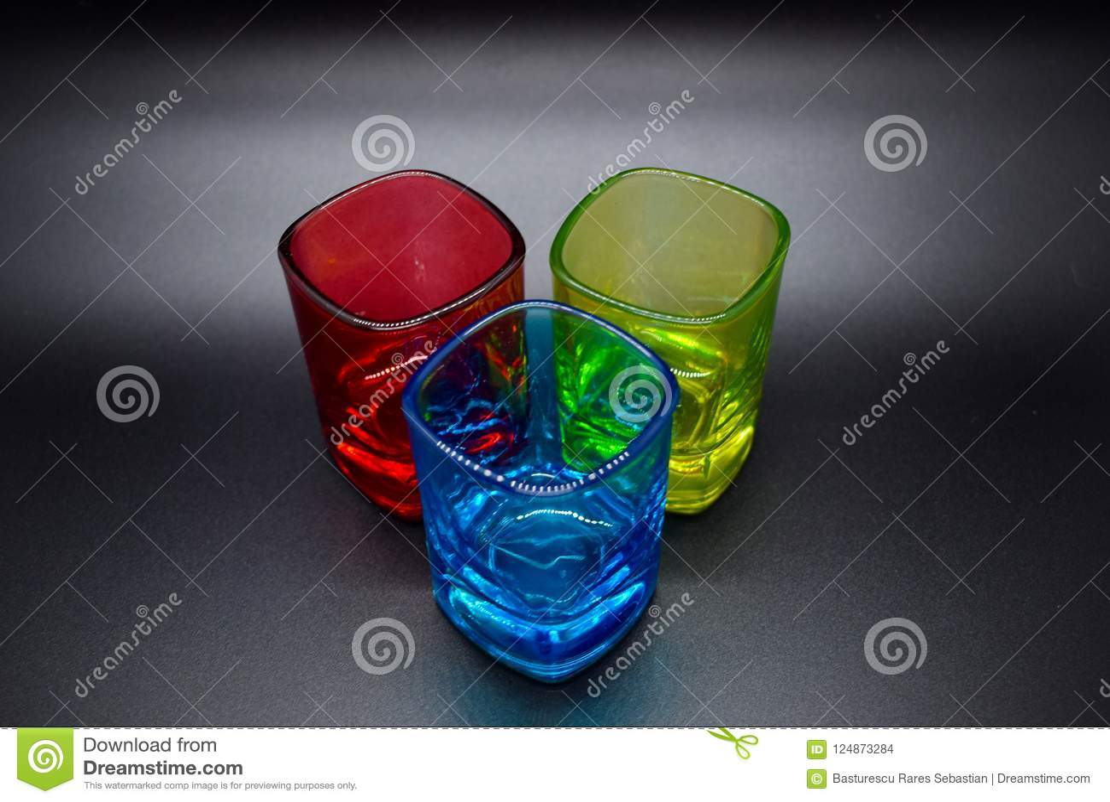 Drie multicolored geschotene glazen op zwarte achtergrond