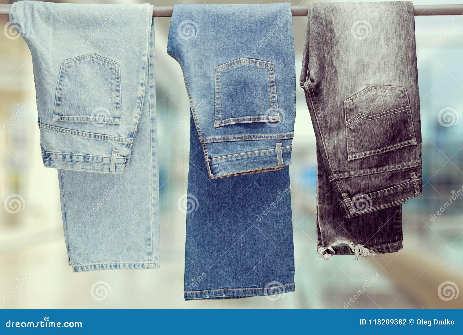 Drie paar van het verschillende jeans hangen
