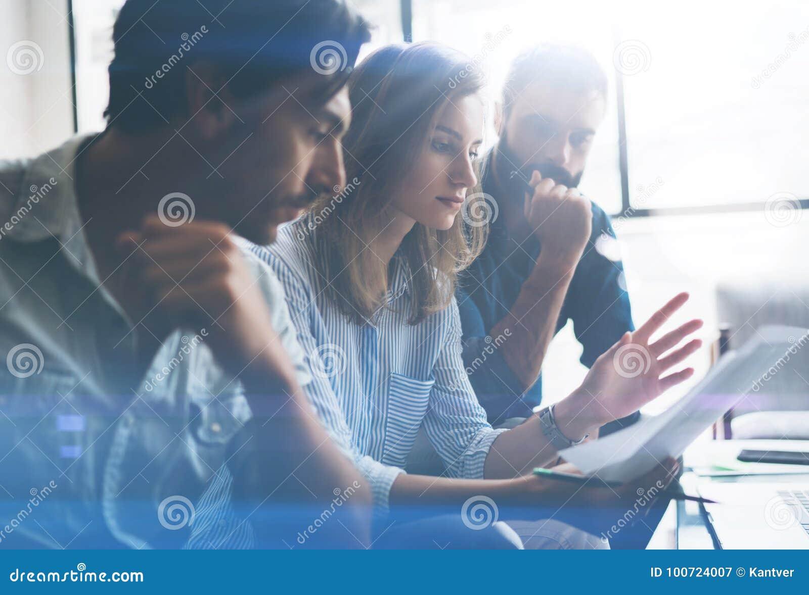Drie partners die onderzoek voor nieuwe bedrijfsrichting maken Bedrijfsmensen die concept ontmoeten Vage achtergrond bebouwd