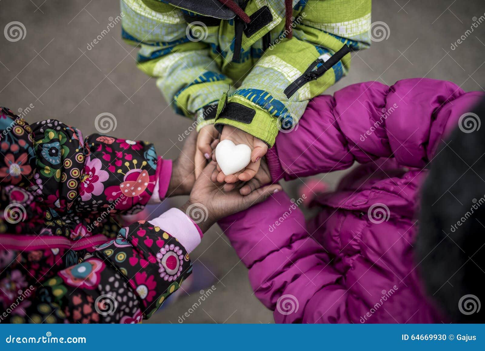 Drie peutermeisjes die hun die handen houden samen met zijn toegetreden