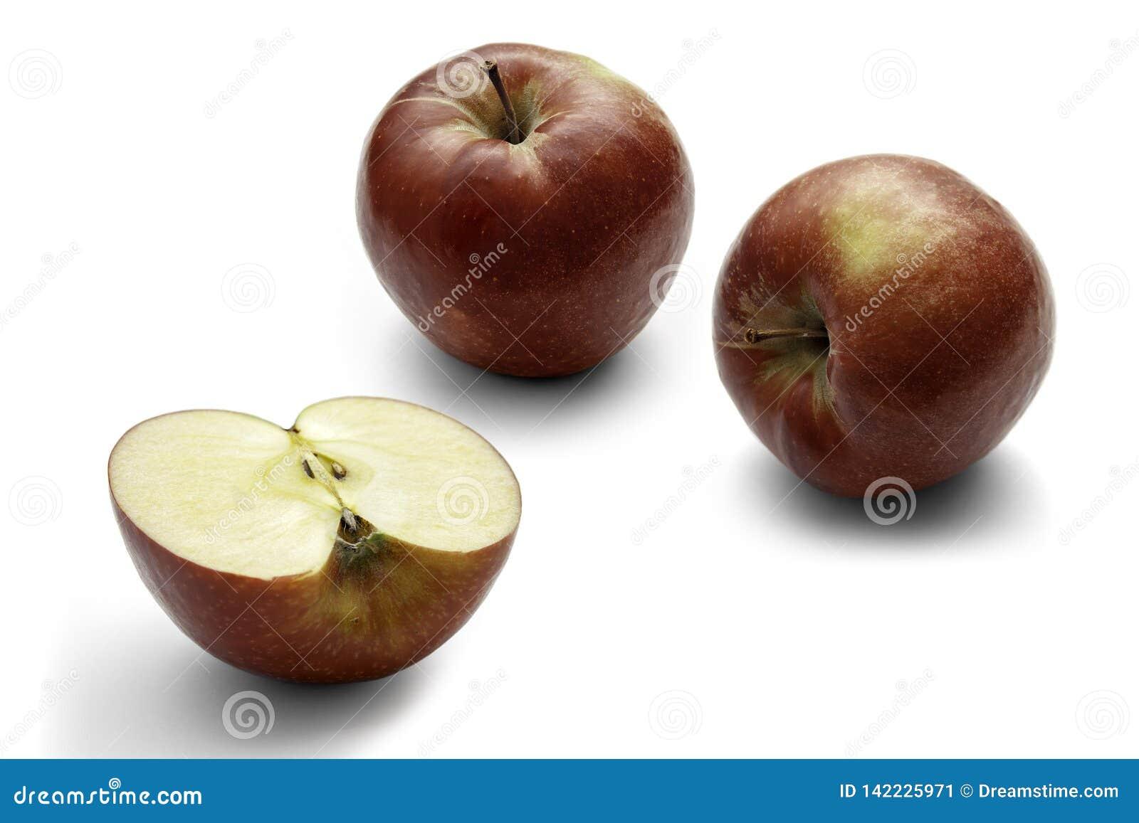 Drie rode appelen op een witte achtergrond