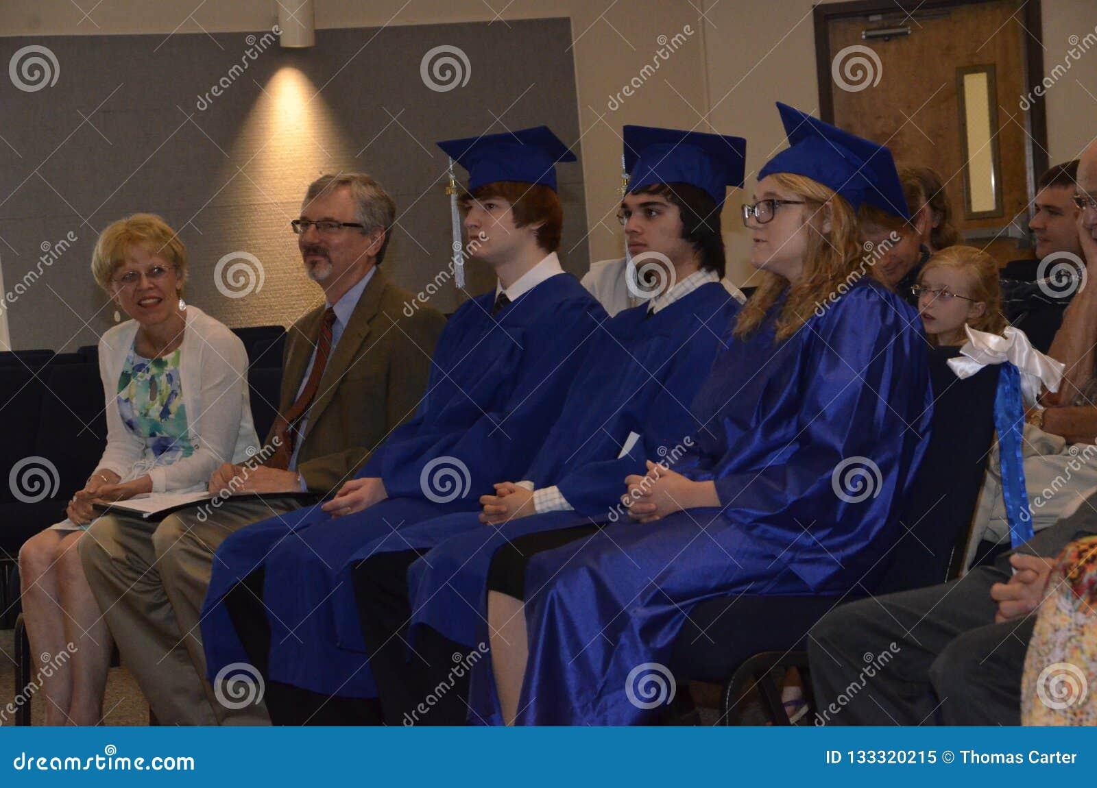 Drie studenten behalen van Huisschool een diploma
