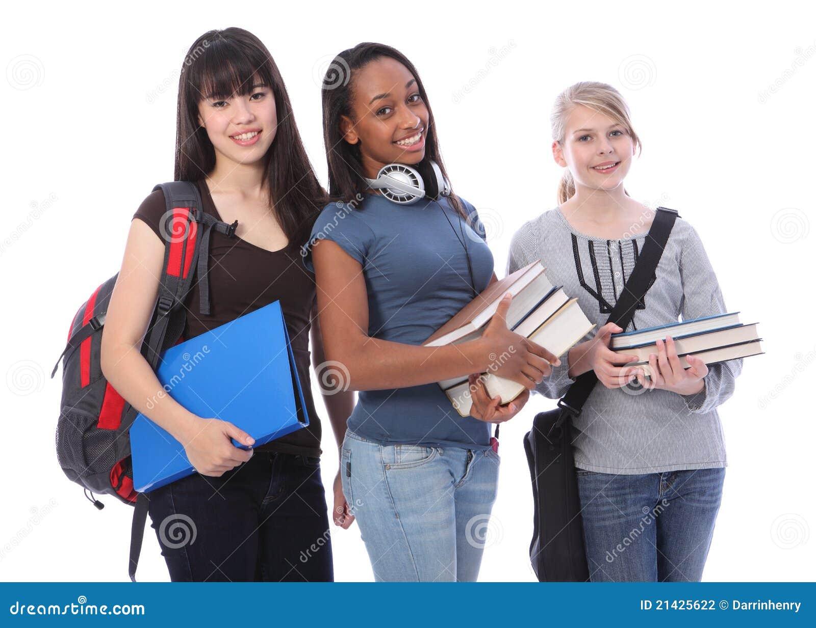 Drie tiener etnische studentenmeisjes in onderwijs