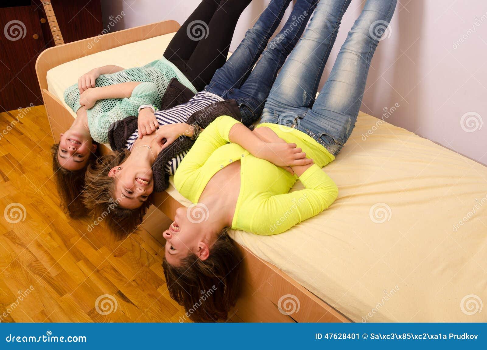 Drie tieners die pret op het bed hebben