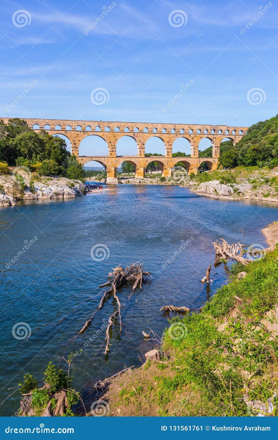 Drie-tiered aquaduct Pont du Gard - hoogst in Europa De Provence, de lente zonnige dag