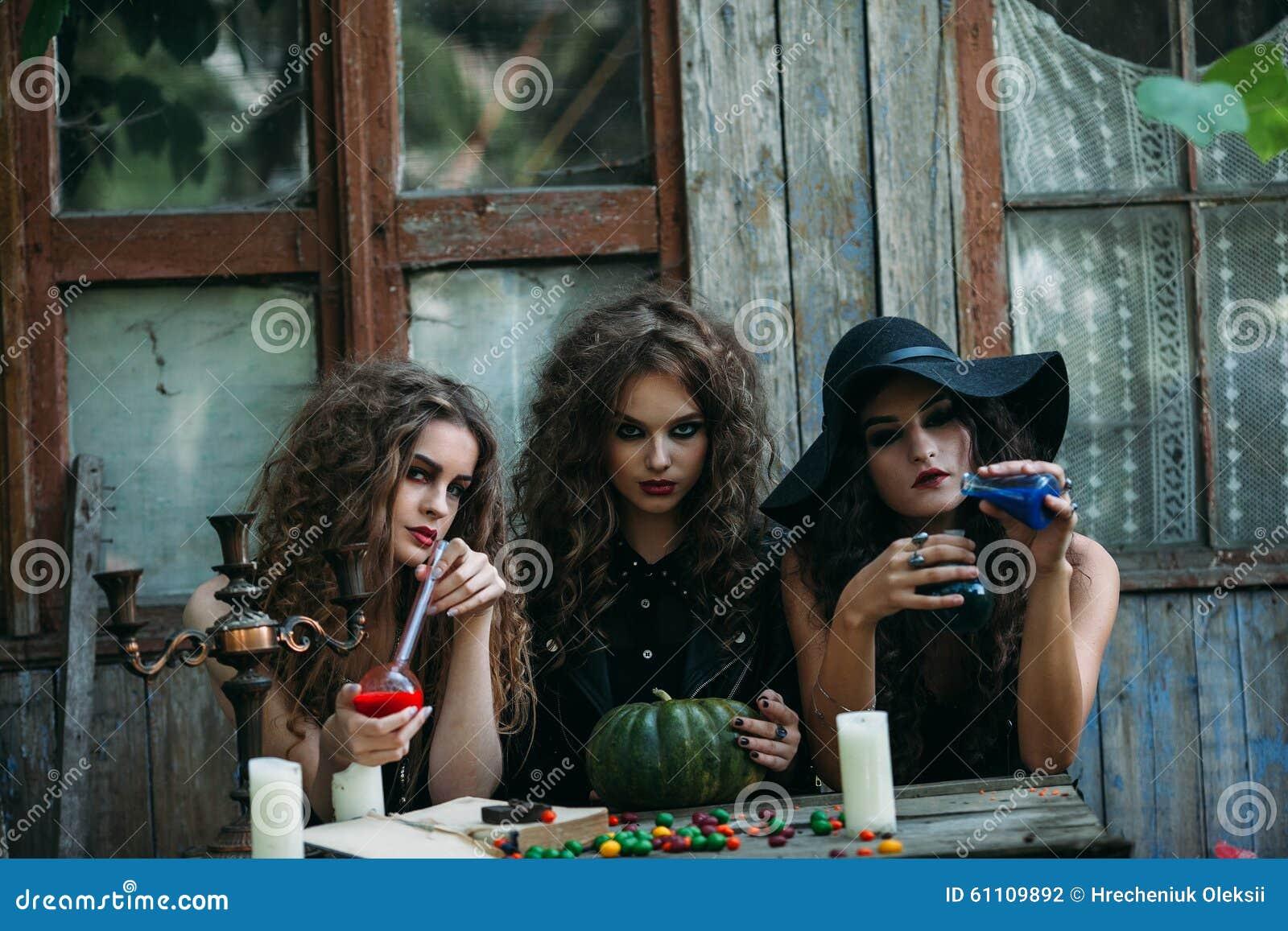 Drie uitstekende heksen voeren magisch ritueel uit