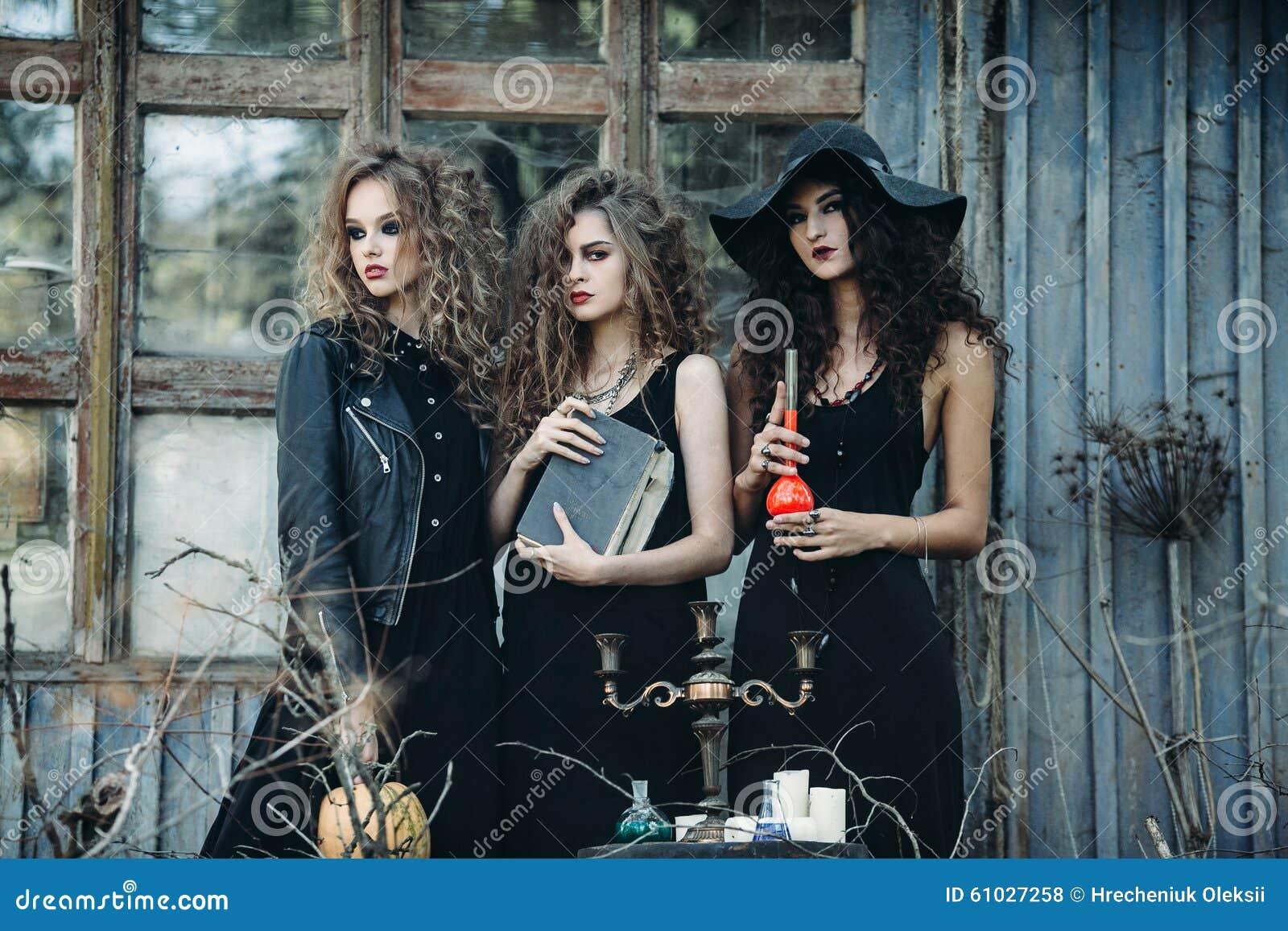 Drie uitstekende vrouwen als heksen