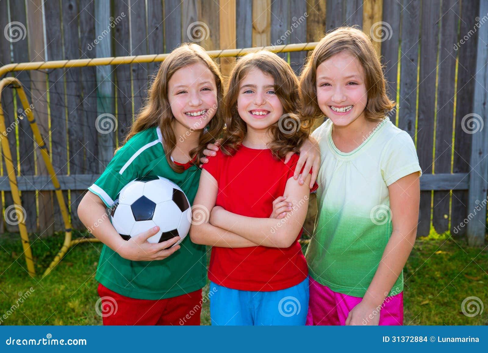 Drie van het de vriendenvoetbal van zustermeisjes spelers van de de voetbalwinnaar