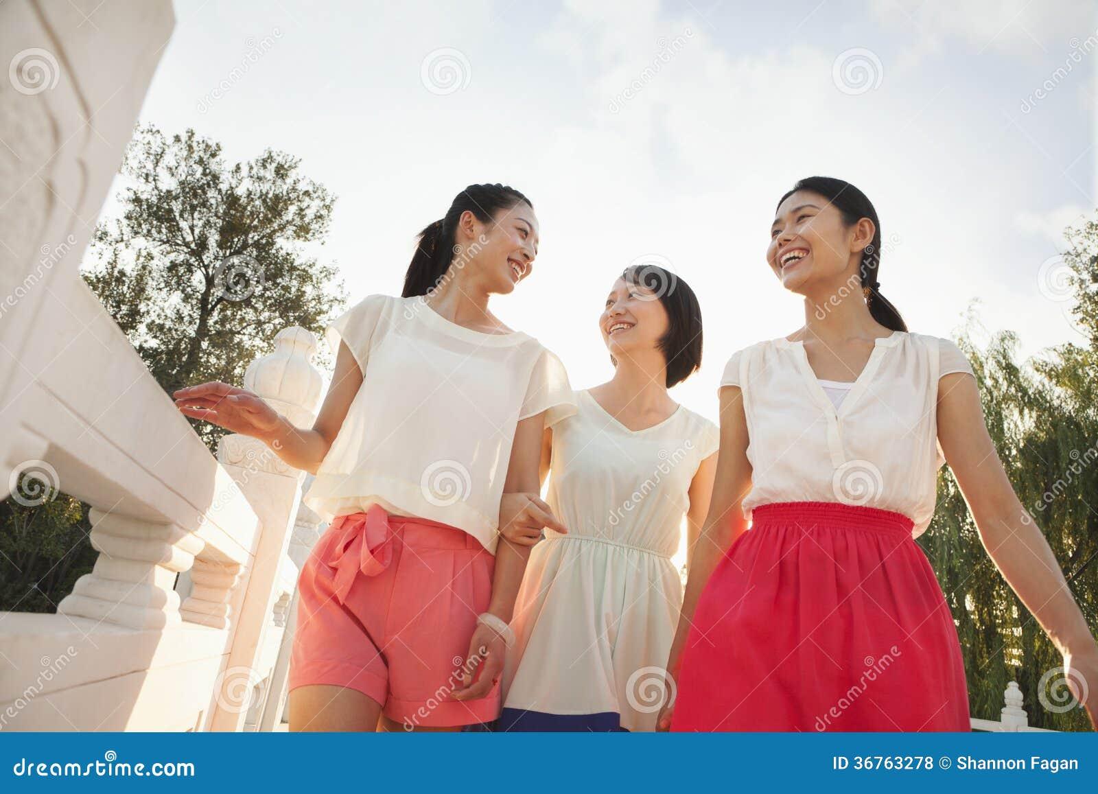Drie Vrienden die over een Brug lopen
