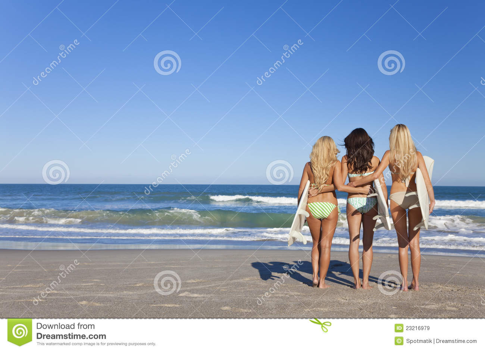 Drie Vrouwen Surfers in het Strand van de Surfplanken van Bikinis