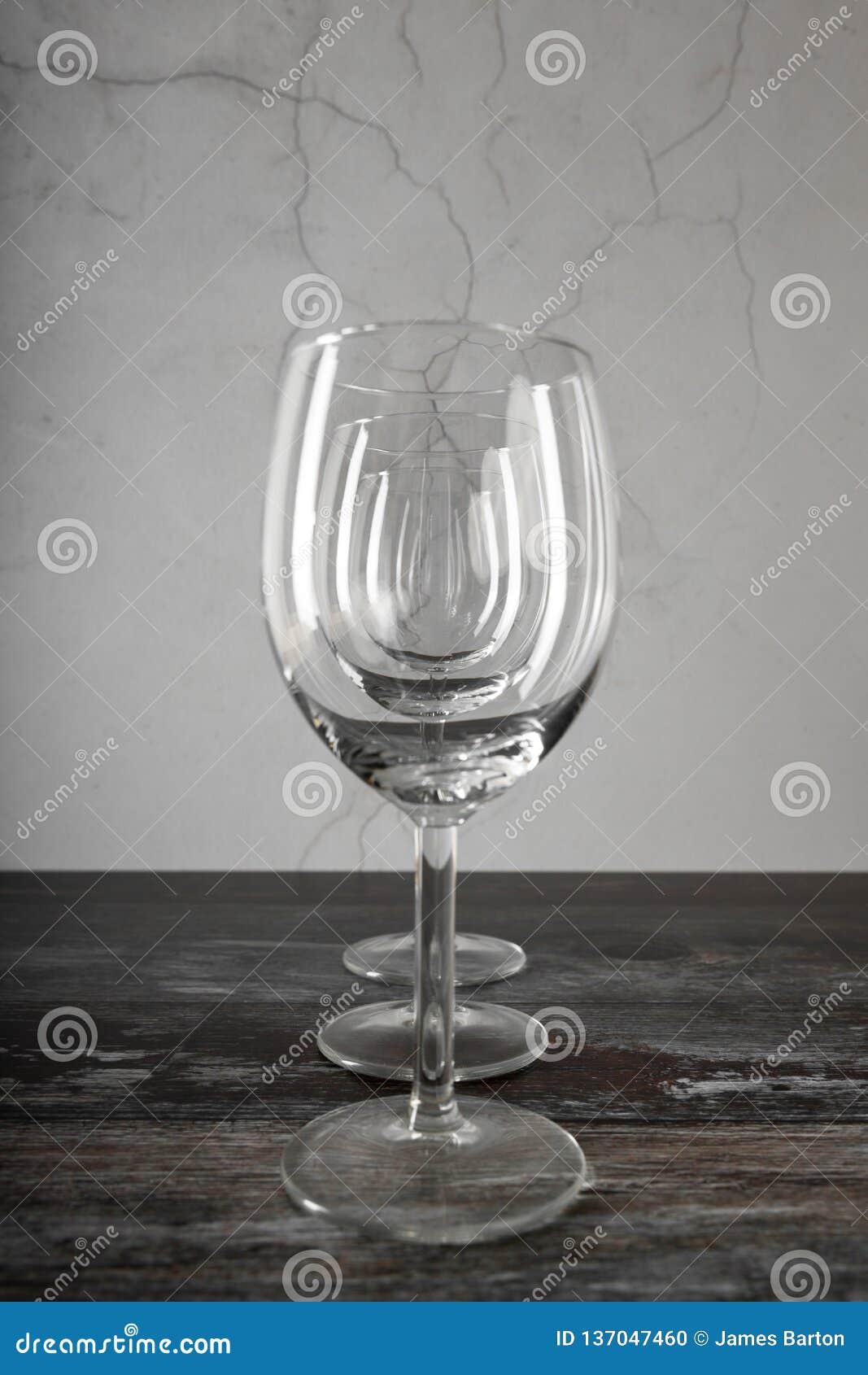 Drie wijnglazen op houten lijst