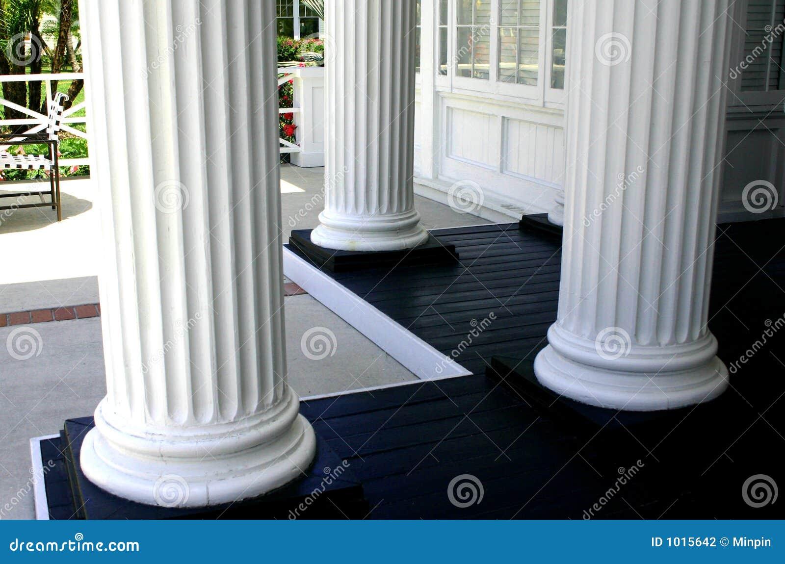 Drie witte kolommen