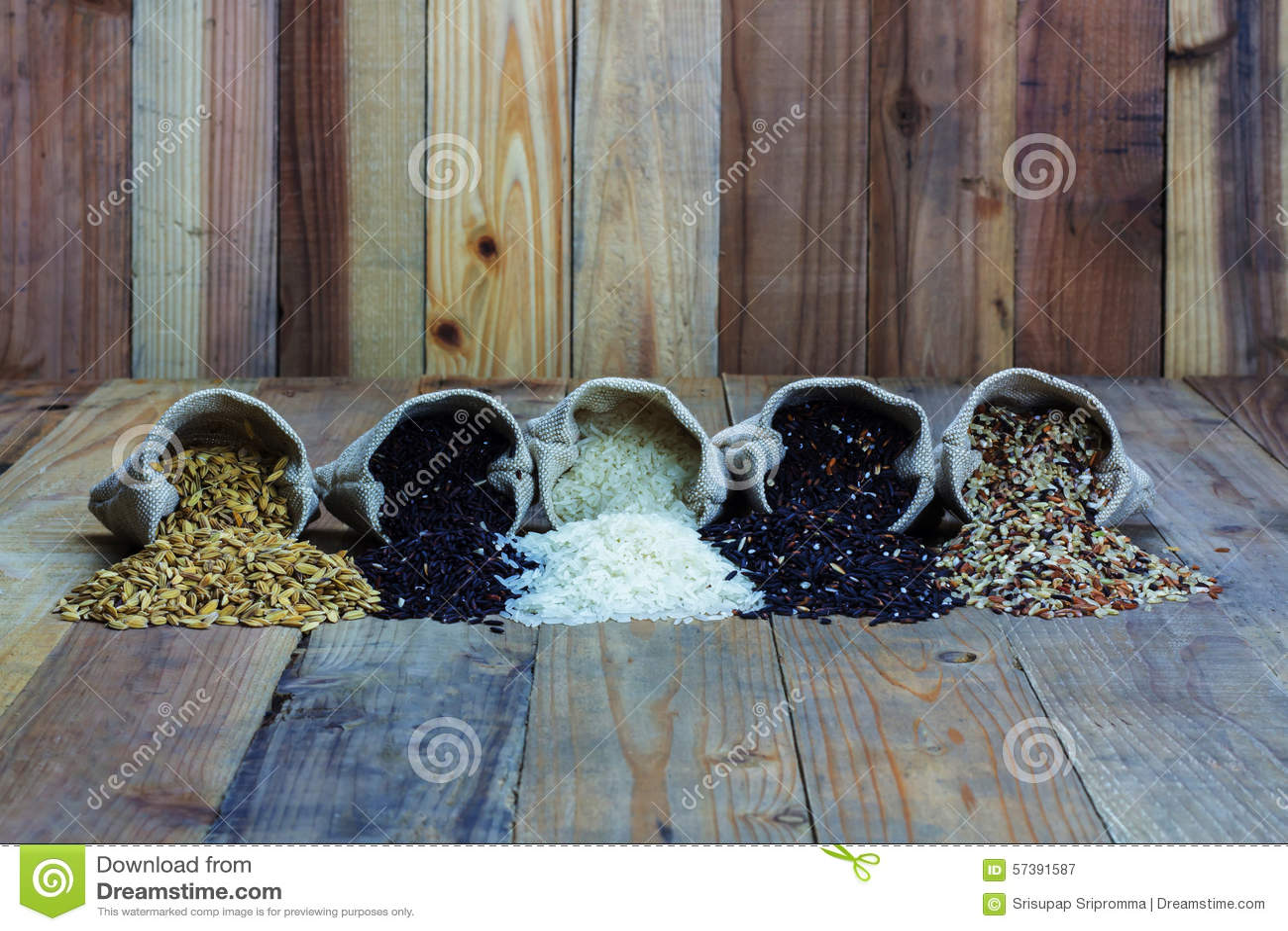 Drifferentsoorten rijst in kleine jutezakken