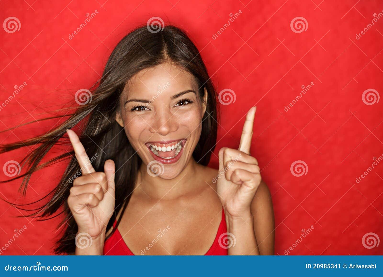 Driftig lycklig röd kvinna