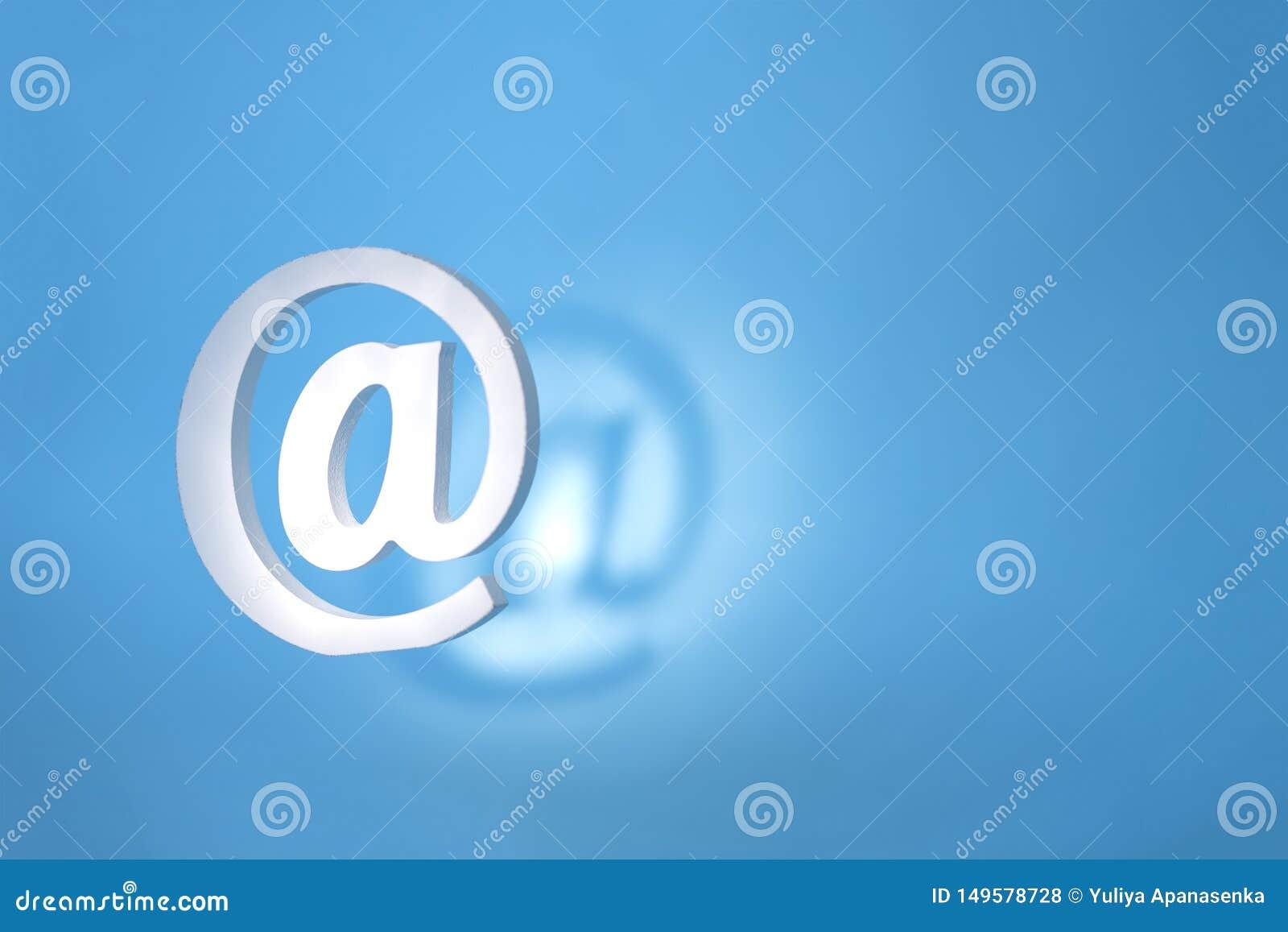 Drijvend e-mailteken op een blauwe achtergrond met echte schaduw Het concept voor e-mail, mededeling of contacteert ons