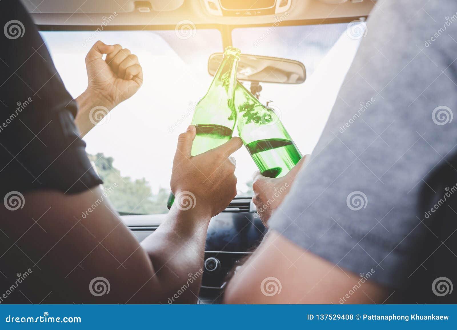 Drijvend onder de invloed krijg in ongeval, Twee Aziatische mensenaandrijving een auto met gedronken een fles bieralcohol achter
