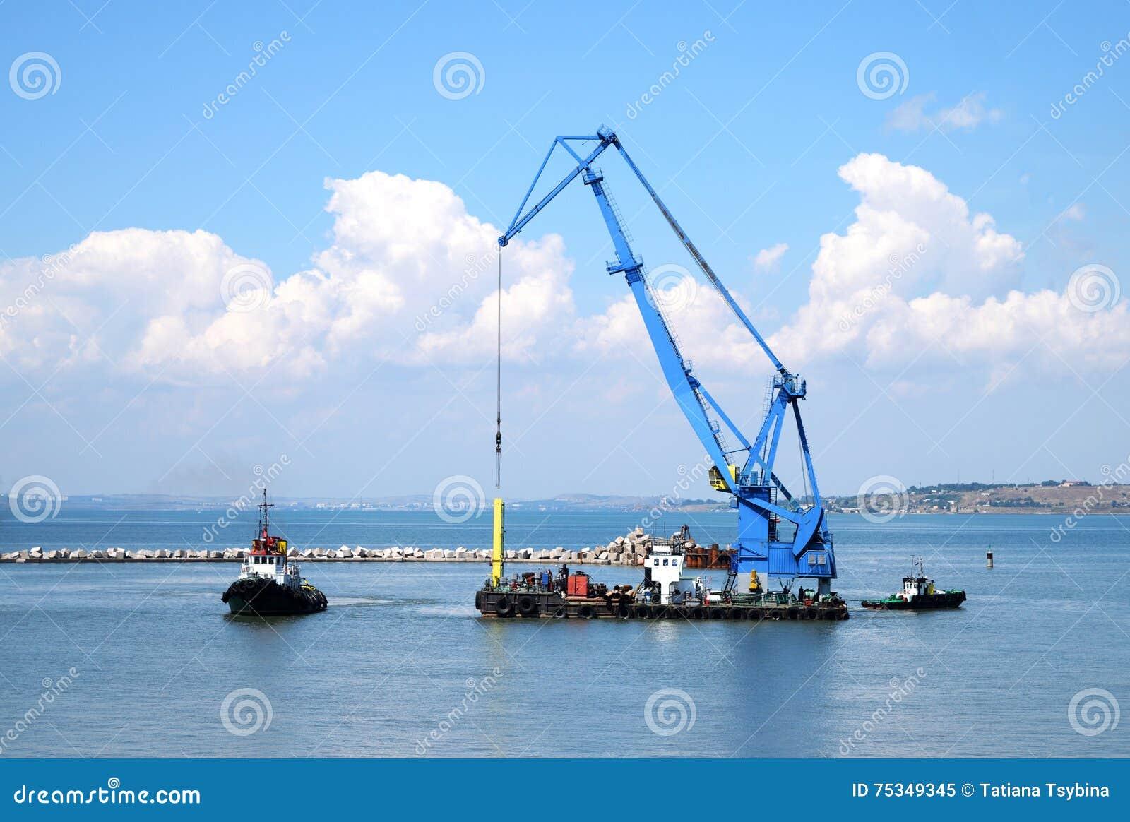 Drijvende kraan en mariene sleepboot