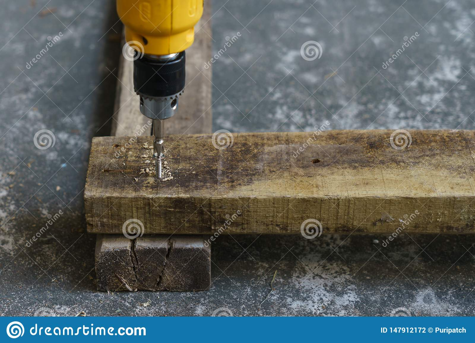 Driller, trä och skruv för snickares jobb
