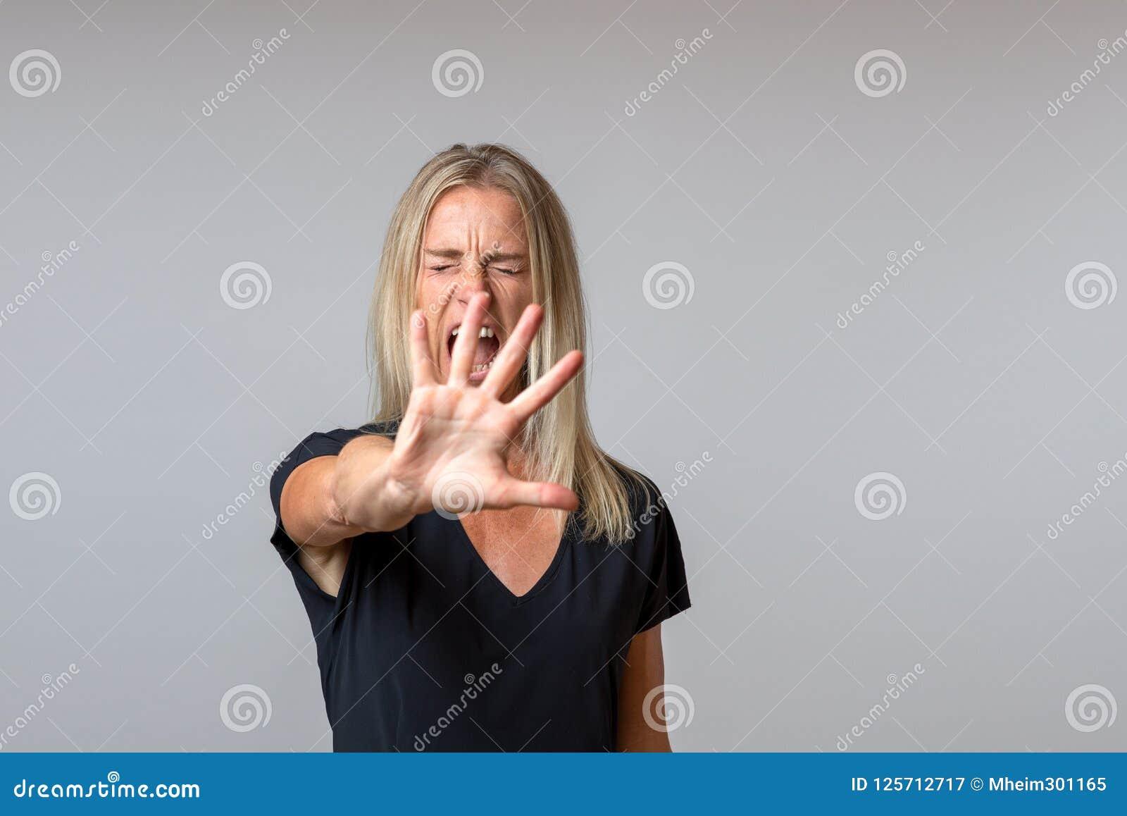 Dringende arrogante Frau, die mit ihrer Hand gestikuliert