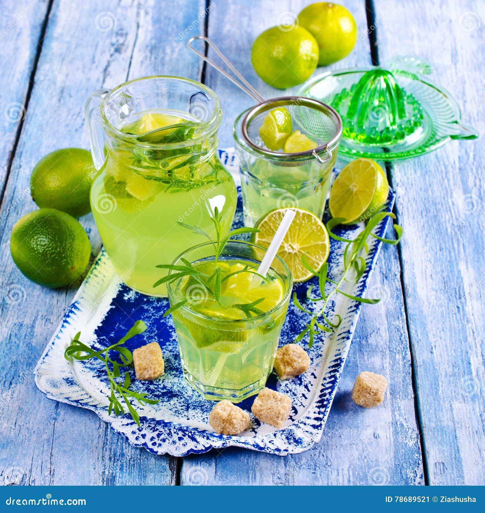 Drink av limefrukt och dragon
