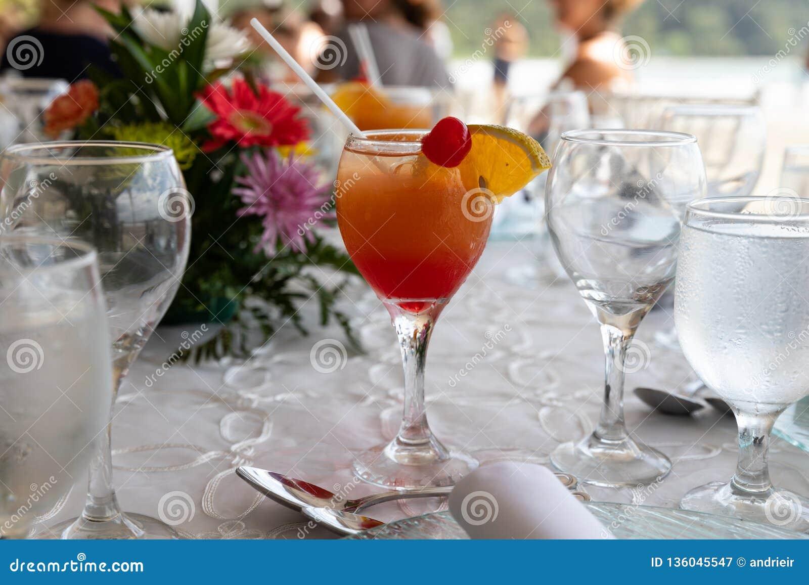 Drink med orange fruktsaft på stranden