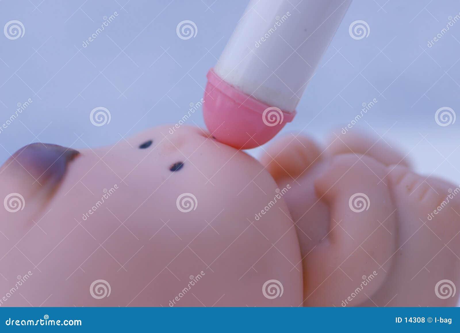 Drinka dziecko zabawkę