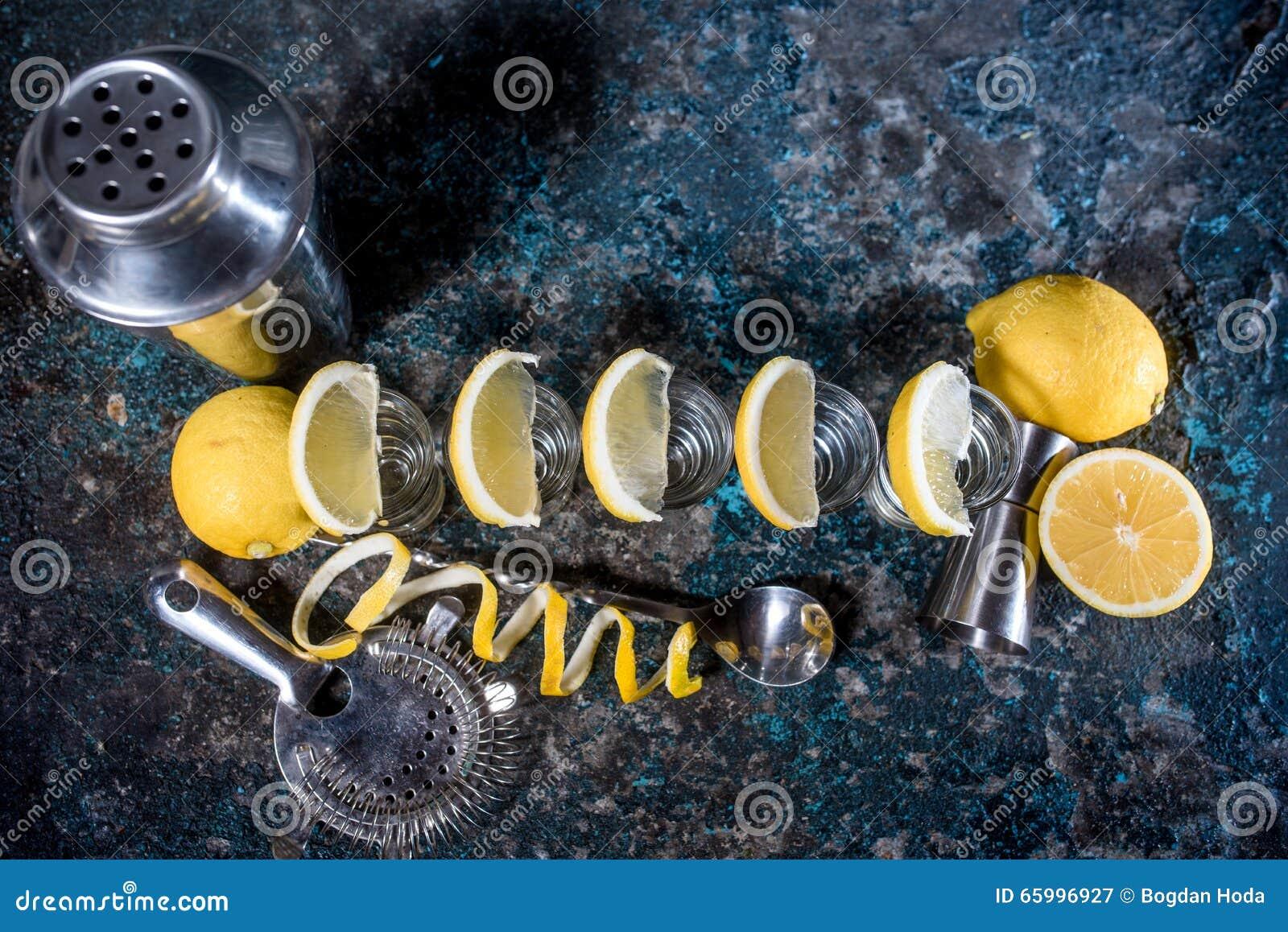 Drinkar skott av tequilaen, limefrukt och saltar på stångräknare Coctaildrinkar i stång och restaurang