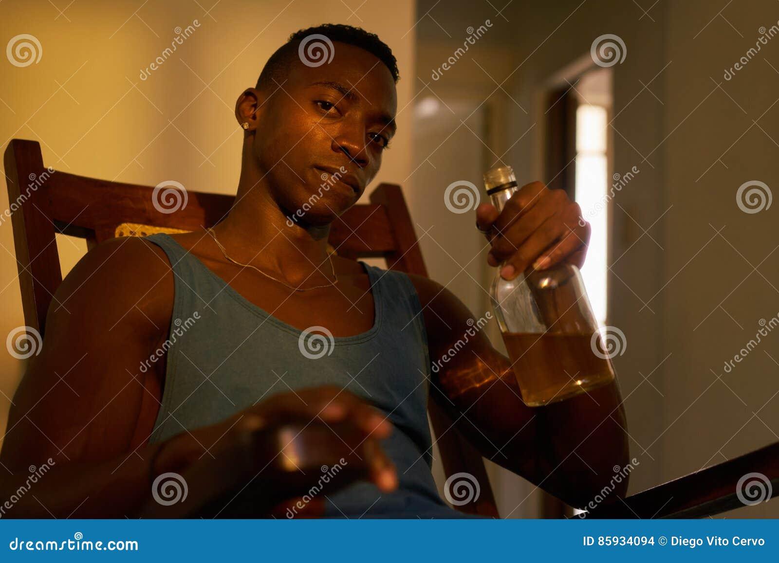 Drinkende de Alcohol thuis Gedronken Echtgenoot van de portret Zwarte Mens