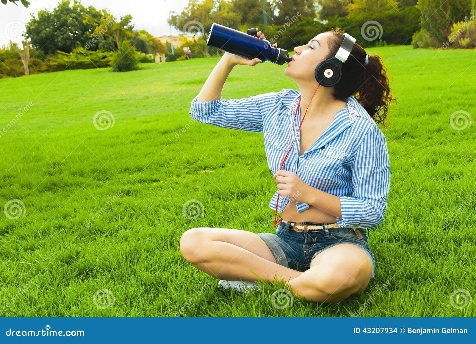 Download Drinkvatten från en termos arkivfoto. Bild av dricka - 43207934