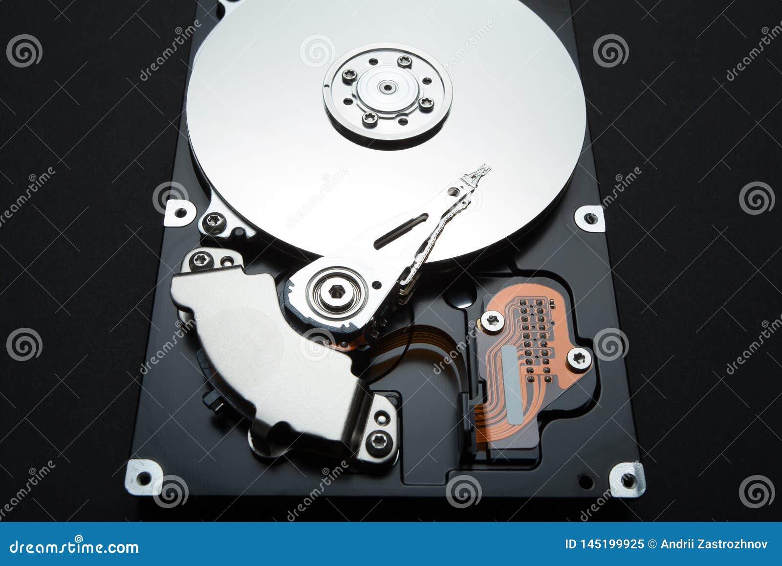 Drive del hard disk di un computer su un fondo nero