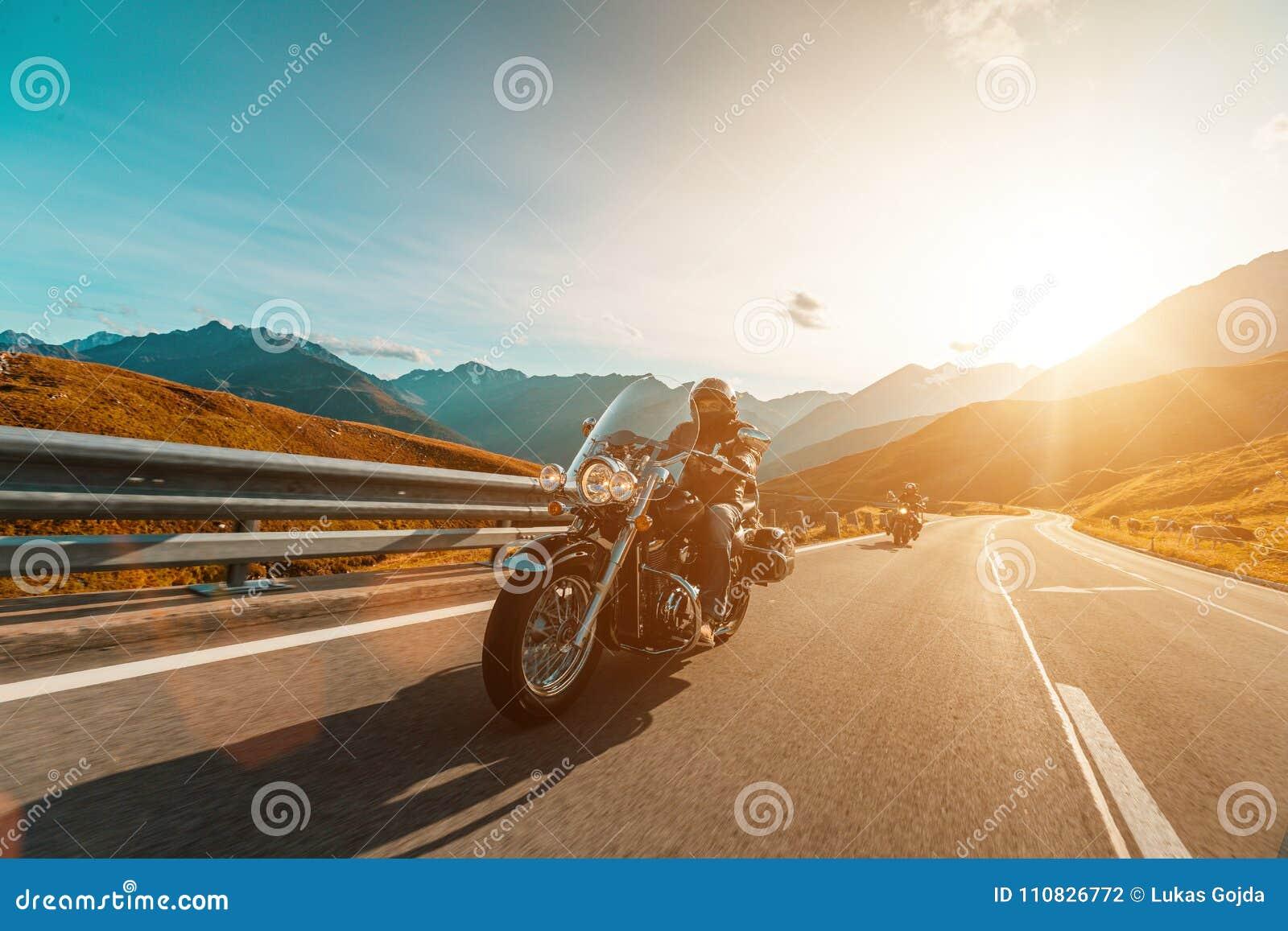 Driver di motociclo che guida l incrociatore giapponese di alto potere in strada principale alpina su Hochalpenstrasse famoso, Au