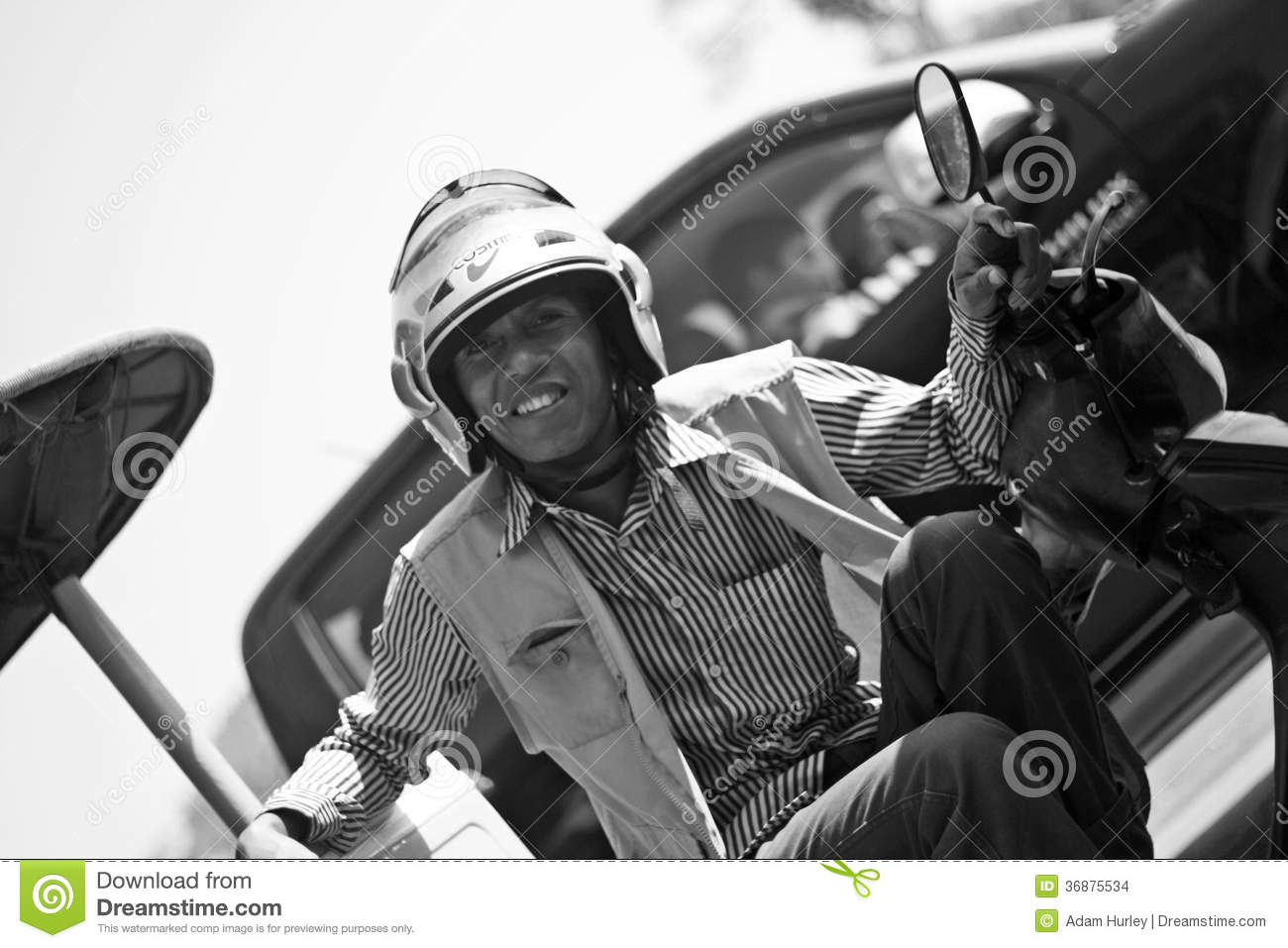 Download Driver di Tuk Tuk immagine stock editoriale. Immagine di cambodia - 36875534