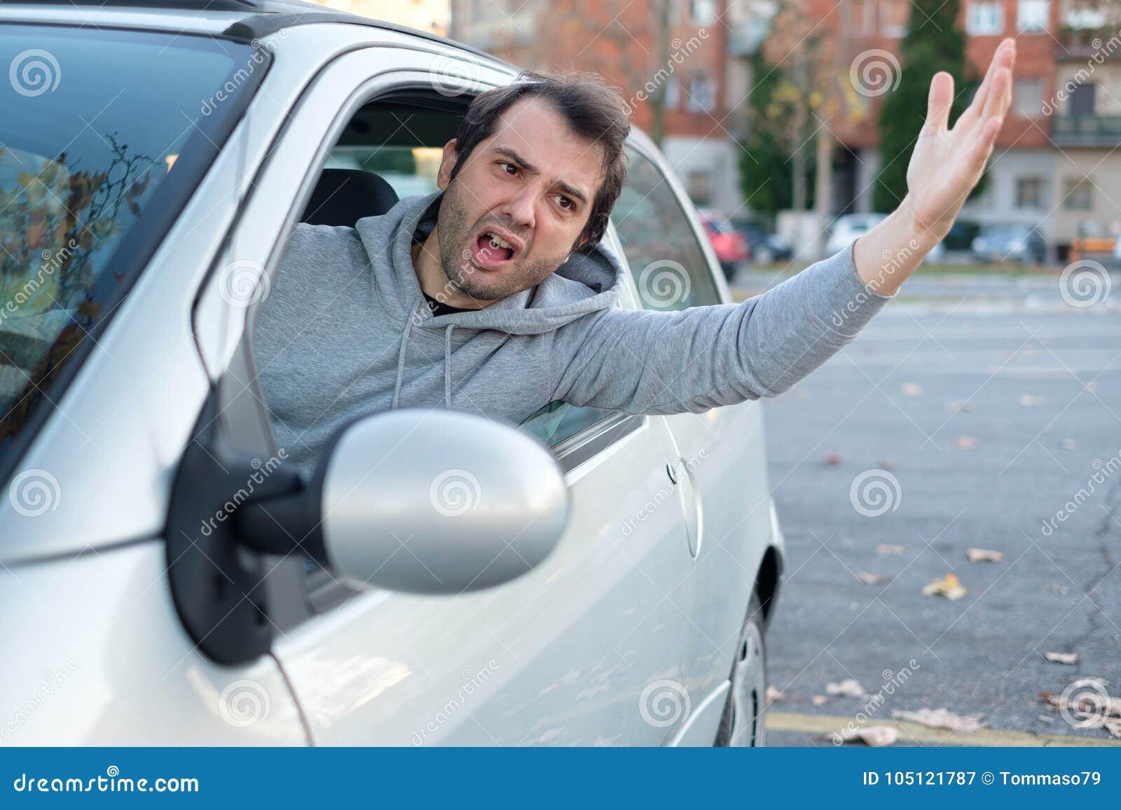 Driver maleducato ed aggressivo sollecitato nell ingorgo stradale