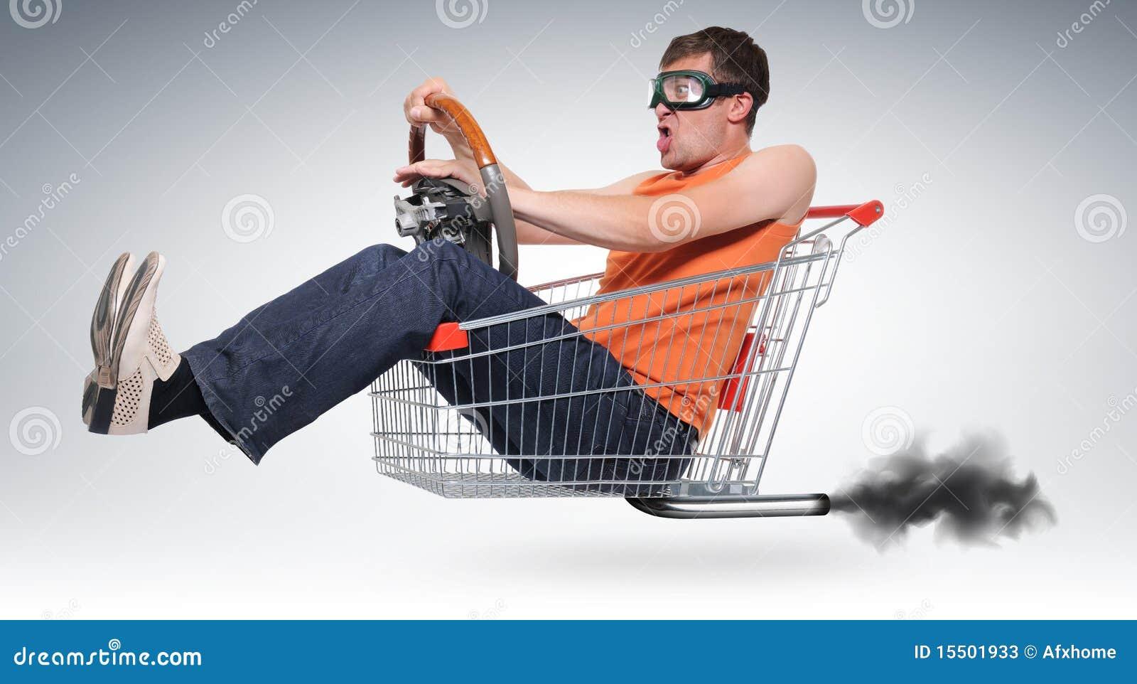 Driver pazzesco irreale in un acquisto-carrello con la rotella