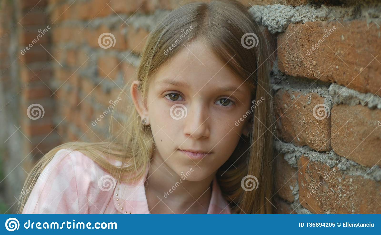 Droevig Gedeprimeerd Kind die Meisjesportret in camera, Bored, Ongelukkig Jong geitjegezicht kijken
