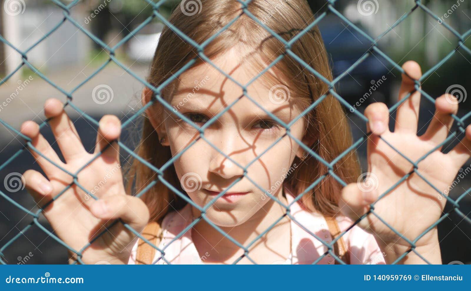 Droevig Gedeprimeerd Kind in het Verlaten, Ongelukkige Verdwaalde Meisjesjong geitje Wees Kijken Camera