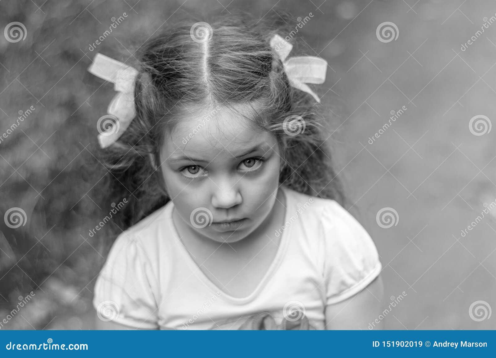 Droevig kijk openlucht van meisje Sluit omhoog portret