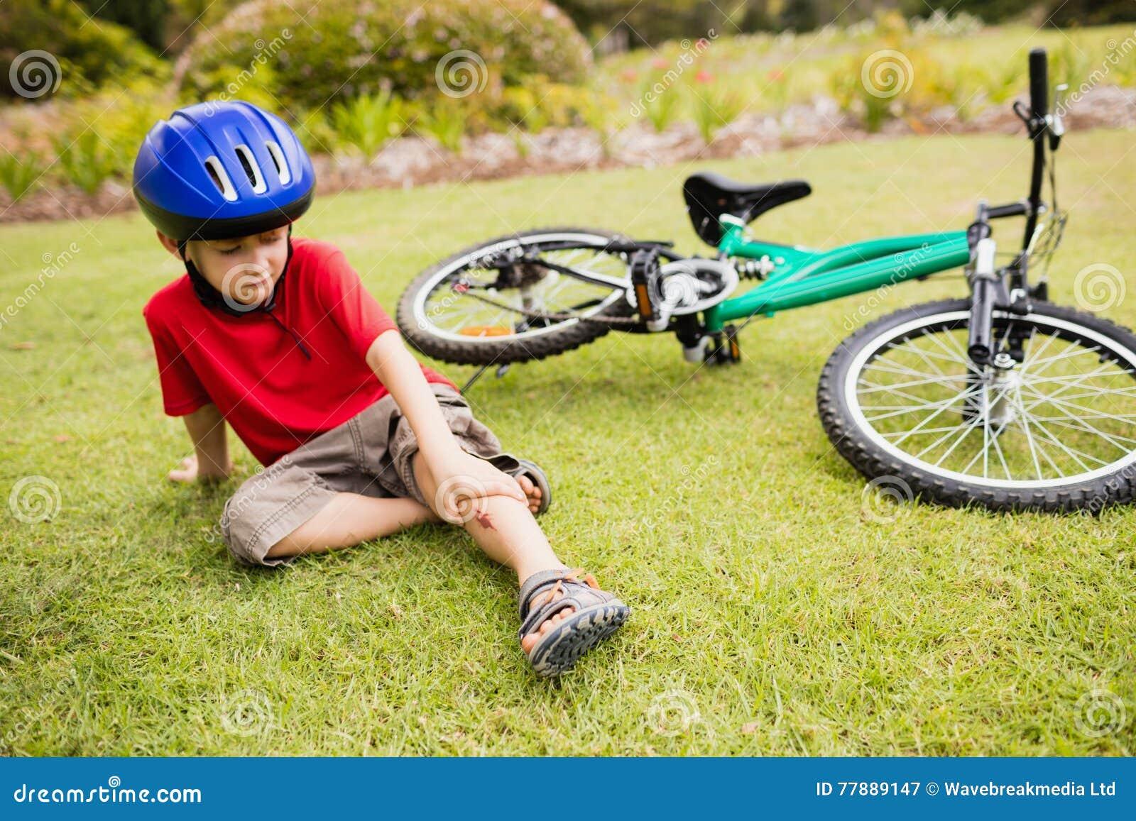 Droevig kind die van zijn fiets vallen stock afbeelding for Konzentrationsschw che kind