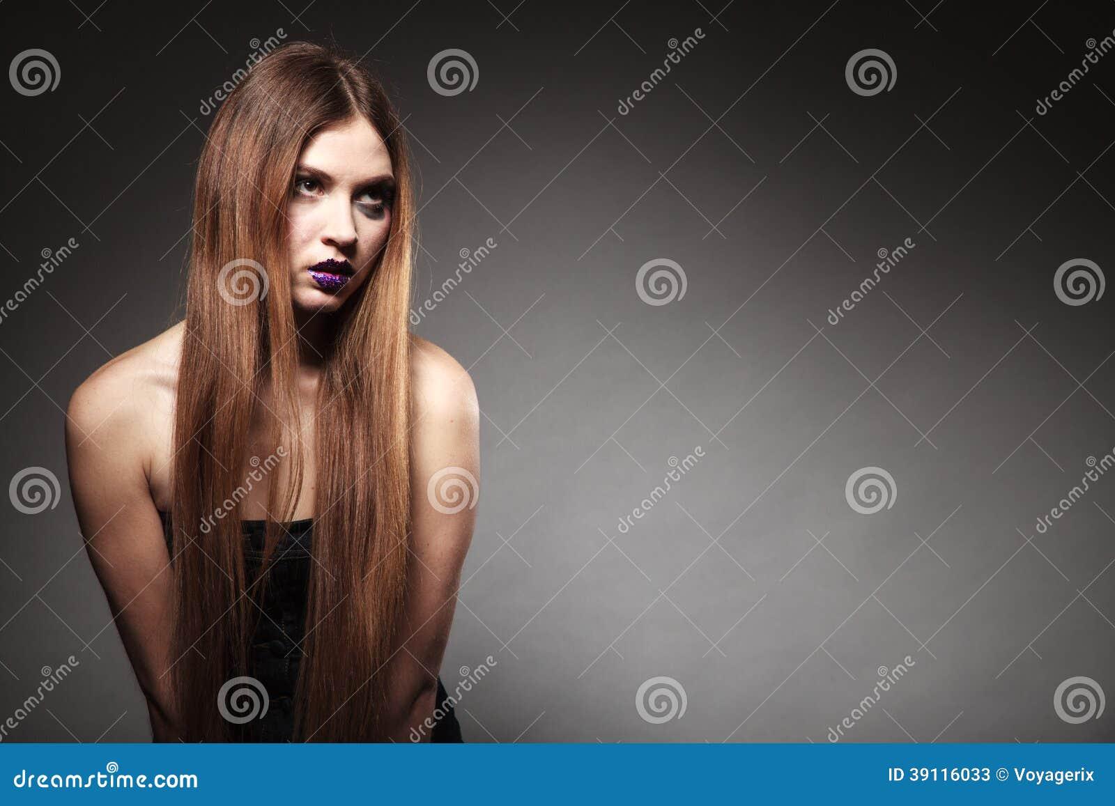 Droevig ongelukkig meisje met lange haar creatieve make-up