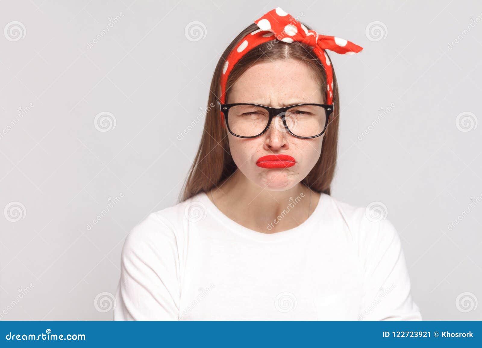 Droevig ongelukkig portret van mooie emotionele jonge vrouw in wit