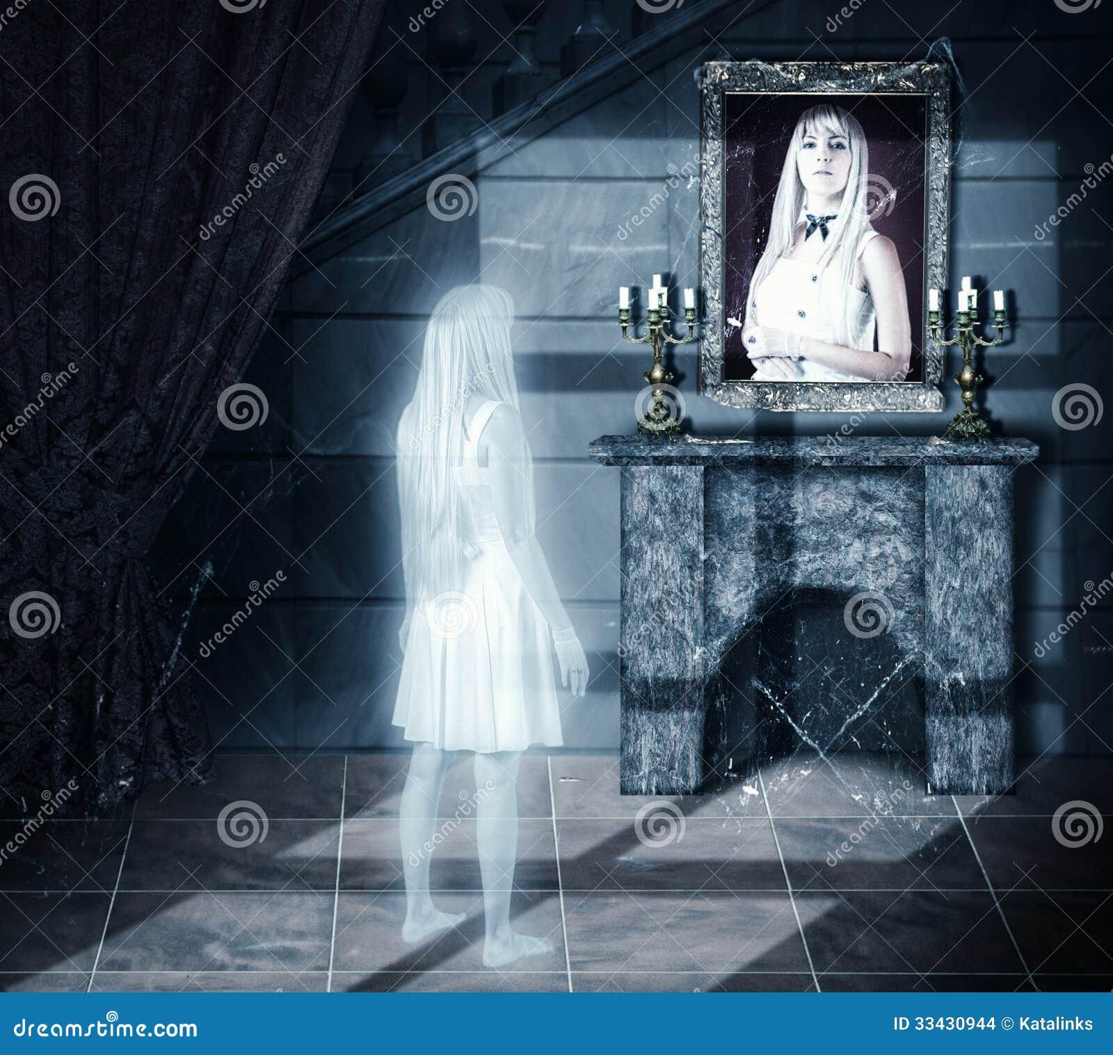 Droevig spook die op portret kijken
