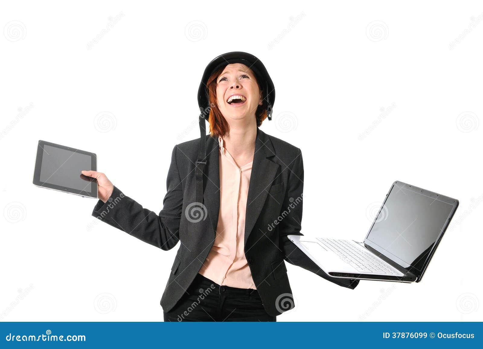 Droevige bedrijfs rode haired vrouw in spanning op het werk met computer